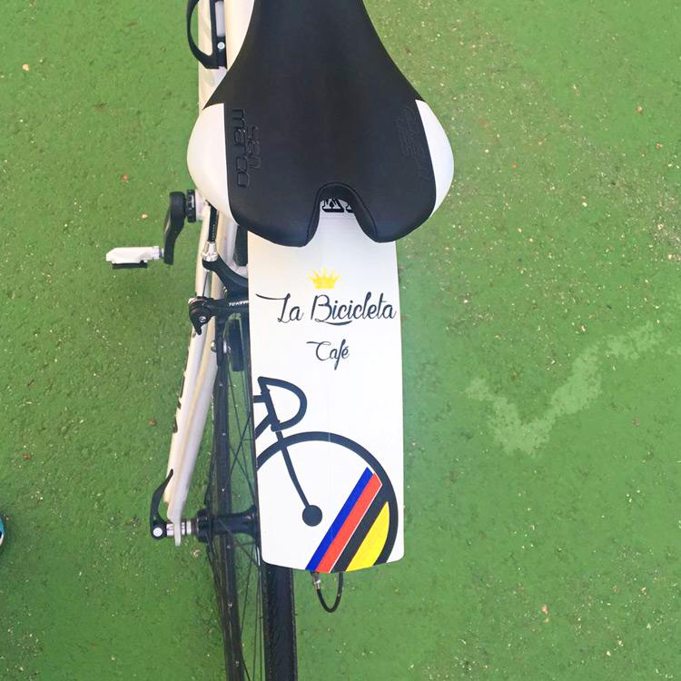 La bicicleta cafe gparafango maillot noir